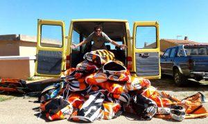 Il mio amico Leo con una Montagna di Kite fuori dal Furgone di una Scuola di Kite.